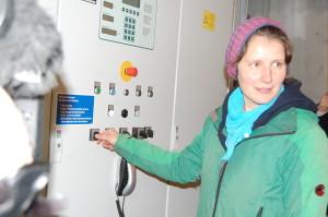 Vorstandsmitglied Susanne Koschker nimmt unser Windrad in Betrieb!